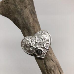 Hjärtformad massiv sterlingsilverring med tyngd, hjärtat har ett dekorativt mönster