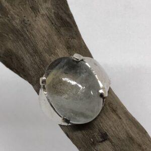Sterlingsilverring med kloinfattad oval kvarts sten