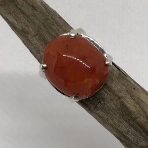 Sterlingsilver ring med kloinfattad oregelbunden unik karneol sten