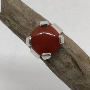 Sterlingsilver ring med kloinfattad kvadratisk karneol sten