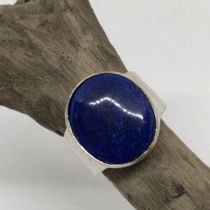 Sterlingsilverring med gedigen silverinfattad oval Lapis Lazuli sten.