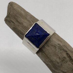 Sterlingsilverring med gedigen silverinfattad pyramid slipad lapis lazuli sten