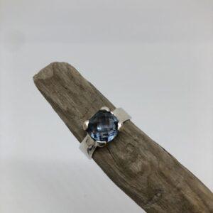 Handsmidd sterlingsilver ring med fasettslipad blå topas