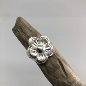 Blomformad handgjuten sterlingsilverring