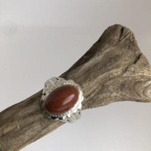 Sterlingsilverring med gedigen silverinfattad oval cabochon slipad brun aventurin