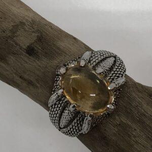 Sterlingsilverring med drakkloinfattad oval cabochon slipad citrin sten