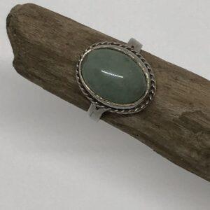 Sterlingsilver ring med nätt infattning kloinfattad cabochon slipad oval grön aventurin sten med filigrankant. Handtillverkad i Skåne, Sverige.